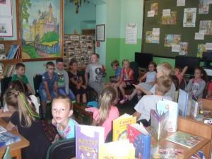 Lekcja biblioteczna klasy 1b ze Szkoły Podstawowej w Rokicinach